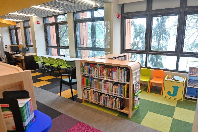 閉館重建的南丫島北段公共圖書館於六月二十四日(星期一)重新開放。為配合大樓「沿海而閲」的概念,新落成的圖書館設有窗邊座位,為區內居民提供更舒適及多元的閱讀環境。