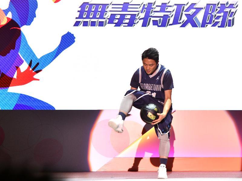 花式籃球員呂嘉威今日(六月二十二日)在大型禁毒活動「2019同行抗毒 無毒特攻隊」表演,並鼓勵青少年參與健康有益的活動,發揮潛能。