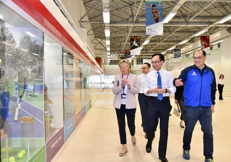政制及內地事務局局長聶德權(右二)今日(六月二十七日)到訪位於沙田的香港體育學院,聆聽職員介紹學院的設施和發展。