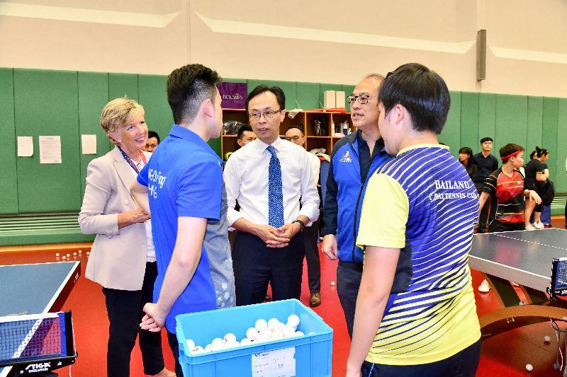 政制及內地事務局局長聶德權(左三)今日(六月二十七日)參觀香港體育學院,與運動員交談,了解他們受訓的情況。