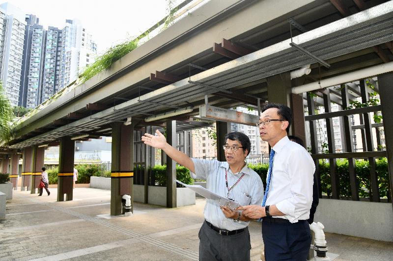 政制及內地事務局局長聶德權(右)今日(六月二十七日)聽取政府人員介紹沙田水泉澳邨的規劃和配套設施,了解該區的發展。