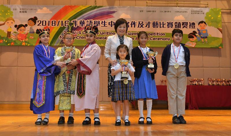 教育局副局長蔡若蓮博士今日(六月二十九日)主持由教育局舉辦的「非華語學生中文寫作及才藝比賽」頒獎典禮。圖示蔡若蓮博士(左四)與得獎學生。