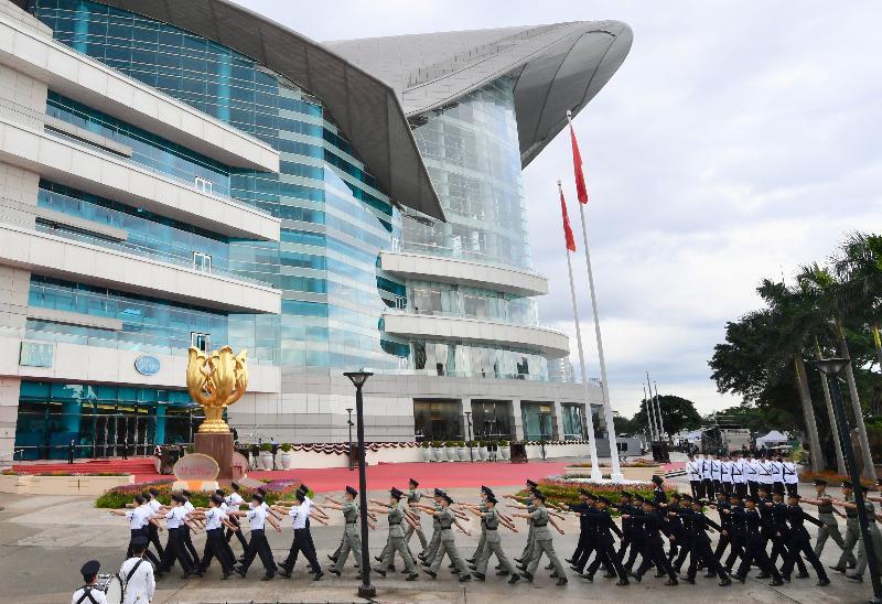 行政長官林鄭月娥和主要官員及嘉賓今早(七月一日)出席香港特別行政區成立二十二周年升旗儀式。