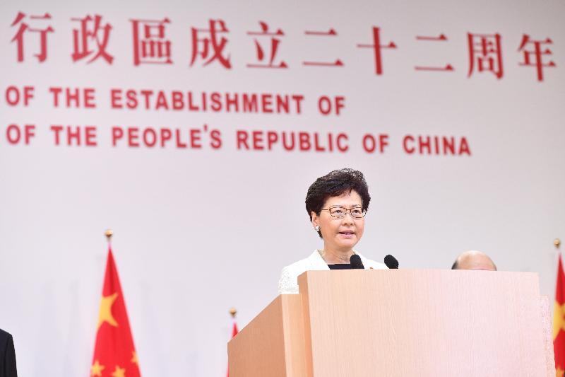 行政長官林鄭月娥和主要官員及嘉賓今早(七月一日)在香港會議展覽中心出席香港特別行政區成立二十二周年酒會。圖示林鄭月娥在酒會上致辭。