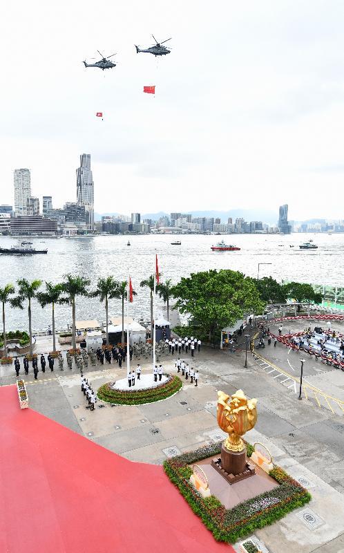 今早(七月一日)在灣仔金紫荊廣場舉行的香港特別行政區成立二十二周年升旗儀式上,紀律部隊和飛行服務隊在海上和空中敬禮。