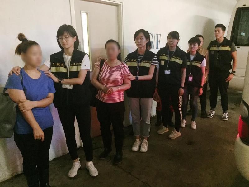 入境事務處一連兩日(七月二至三日)在九龍展開代號「曙光行動」的反非法勞工行動。圖示非法勞工在行動中被捕。