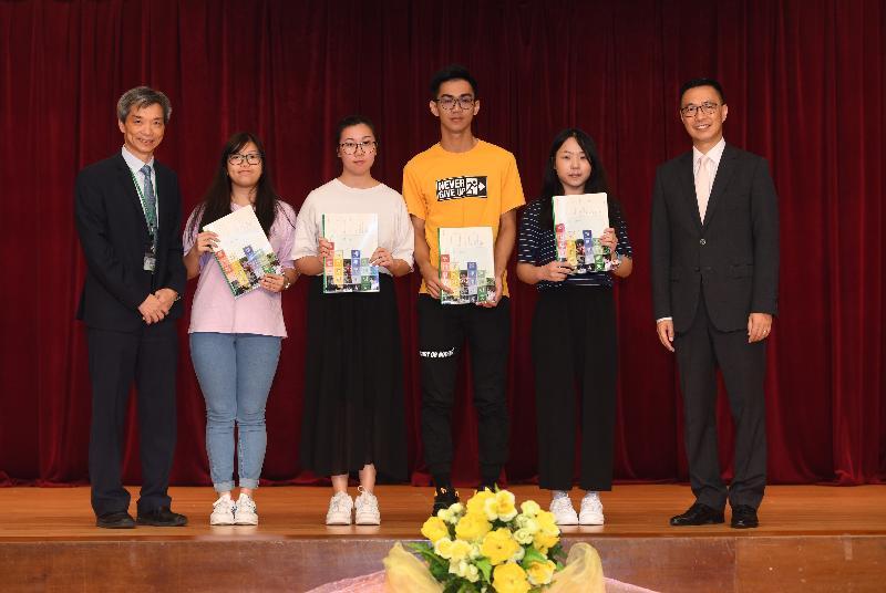 教育局局長楊潤雄(右一)今日(七月十日)到香港道教聯合會青松中學勉勵應屆香港中學文憑考試考生,並頒發文憑試成績通知書予學生代表。左一為該校校長吳友強。