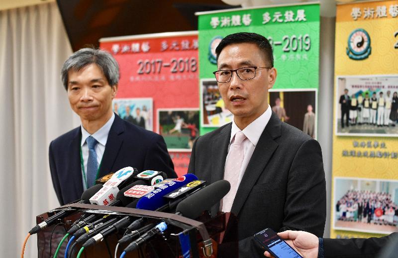 教育局局長楊潤雄(右)今日(七月十日)探訪香港道教聯合會青松中學,勉勵應屆香港中學文憑考試考生後會見傳媒。旁為該校校長吳友強。
