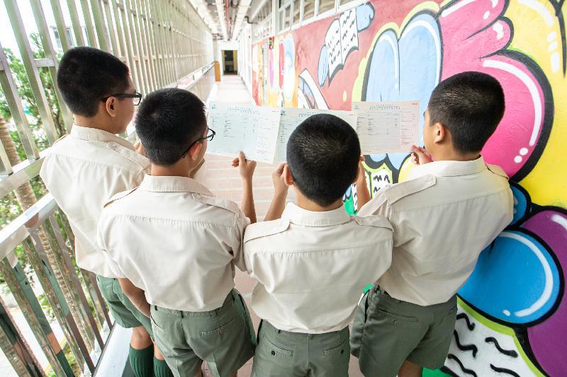 二○一九年香港中學文憑考試成績今日(七月十日)公布,青少年在囚人士在今年考試中取得滿意成績。圖示歌連臣角懲教所青少年在囚人士一起展示成績單,分享努力學習的成果。