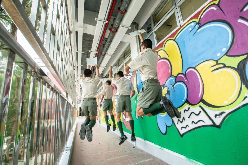 二○一九年香港中學文憑考試成績今日(七月十日)公布,青少年在囚人士在今年考試中取得滿意成績。圖示歌連臣角懲教所青少年在囚人士非常高興地展示成績單。