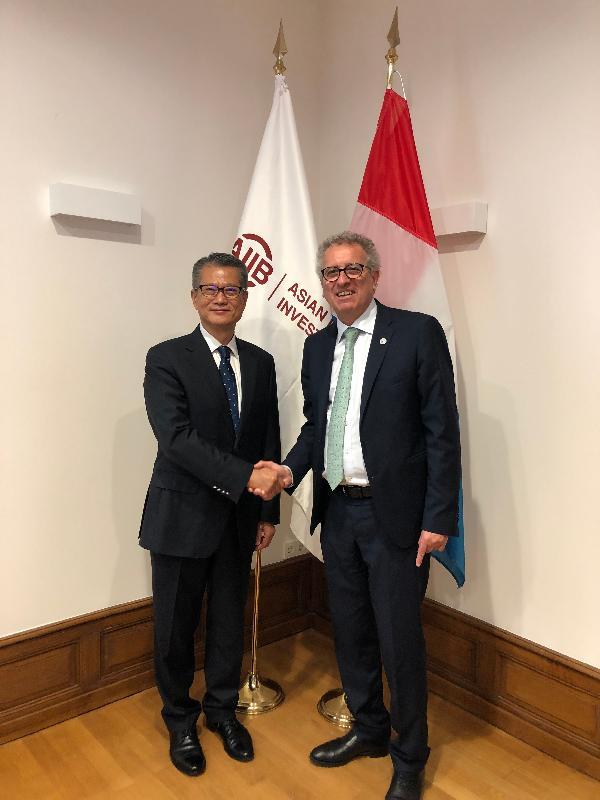 財政司司長陳茂波昨日(盧森堡時間七月十一日)在盧森堡與盧森堡財政部長皮埃爾‧格拉美亞會面。圖示陳茂波(左)在會面後與皮埃爾‧格拉美亞(右)握手。