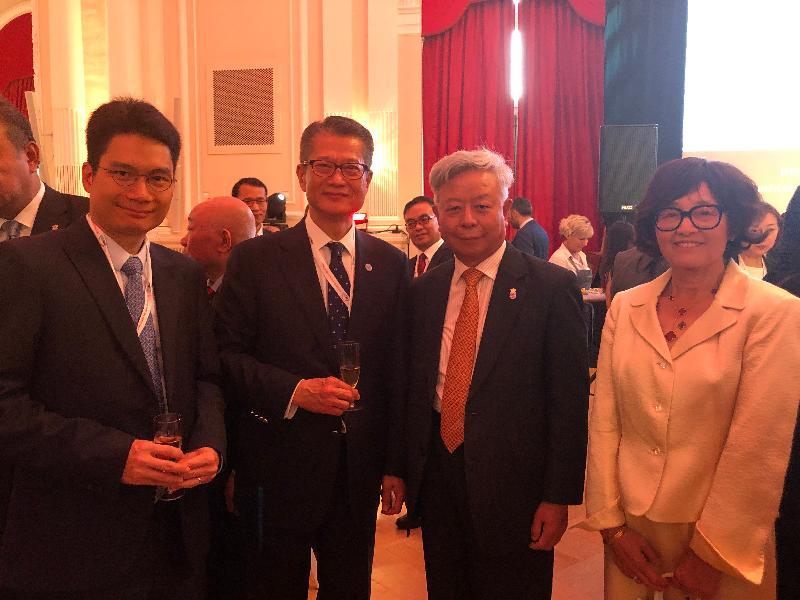 財政司司長陳茂波昨日(盧森堡時間七月十一日)在盧森堡出席亞洲基礎設施投資銀行(亞投行)歡迎酒會。圖示(左起)財經事務及庫務局副局長陳浩濂、陳茂波及亞投行行長金立群伉儷。