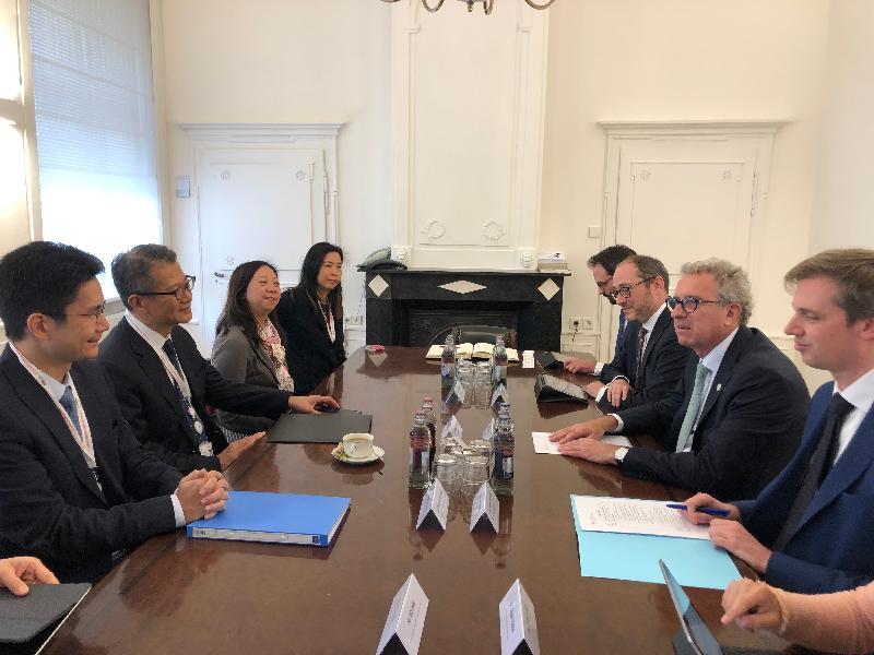 財政司司長陳茂波(左二)昨日(盧森堡時間七月十一日)在盧森堡與盧森堡財政部長皮埃爾‧格拉美亞(右二)會面,開拓香港與盧森堡的合作空間。財經事務及庫務局副局長陳浩濂(左一)及香港駐歐洲聯盟特派代表林雪麗(左三)亦有出席。