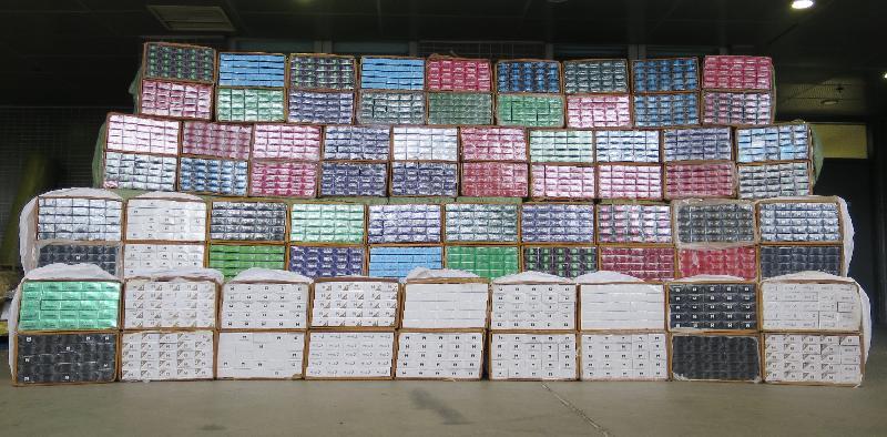 香港海關昨日(七月十一日)在深圳灣管制站檢獲約一百七十萬支懷疑私煙,估計市值約四百七十萬元,應課稅值約三百二十萬元。