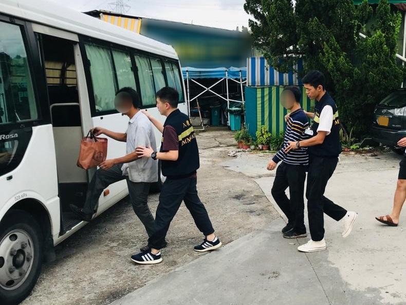 入境事務處一連四日(七月八至十一日)在全港各區展開代號「曙光行動」的反非法勞工行動。圖示在行動中被捕的非法勞工。