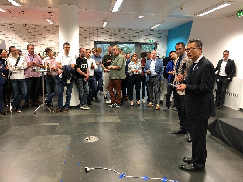 財政司司長陳茂波昨日(盧森堡時間七月十二日)在盧森堡參觀盧森堡金融科技之家的設施,並在一個連繫百多名金融科技企業家、天使投資者及企業行政人員的活動上介紹香港在金融科技方面的最新發展。