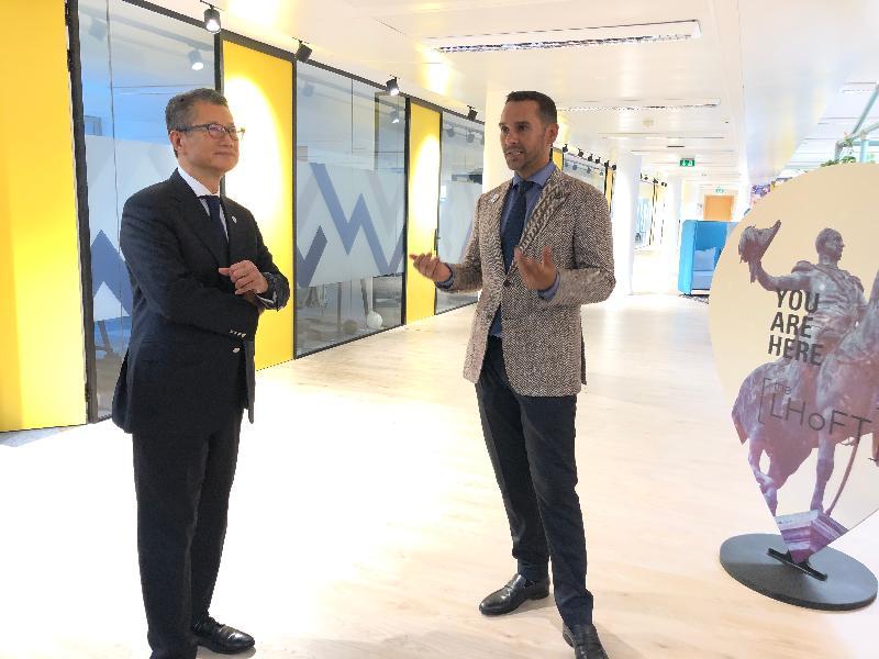 財政司司長陳茂波昨日(盧森堡時間七月十二日)在盧森堡參觀盧森堡金融科技之家的設施。圖示陳茂波(左)聽取盧森堡金融科技之家行政總裁Nasir Zubairi的講解。