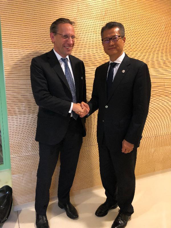 財政司司長陳茂波昨日(盧森堡時間七月十二日)在盧森堡與德國聯邦財政部國務秘書Jörg Kukies博士會面。圖示陳茂波(右)與Jörg Kukies博士握手。