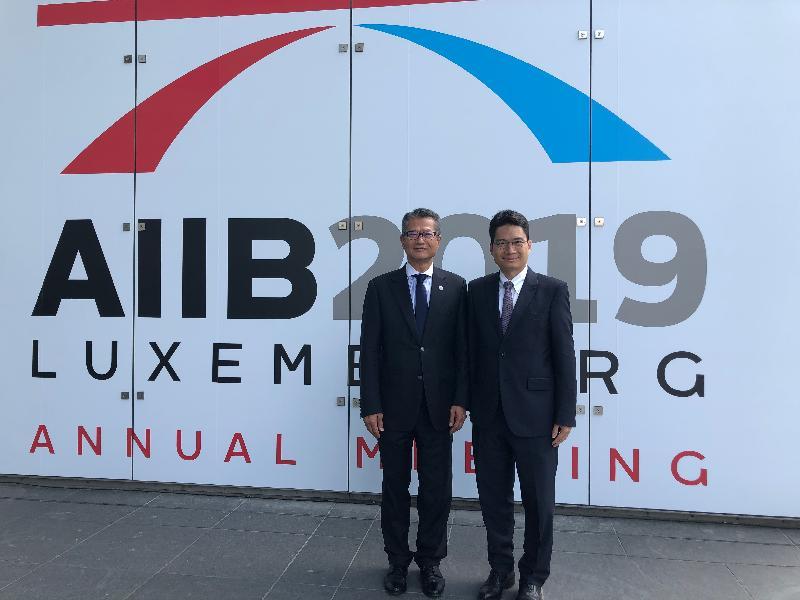 財政司司長陳茂波(左)昨日(盧森堡時間七月十二日)在財經事務及庫務局副局長陳浩濂陪同下在盧森堡出席亞洲基礎設施投資銀行理事會年會。