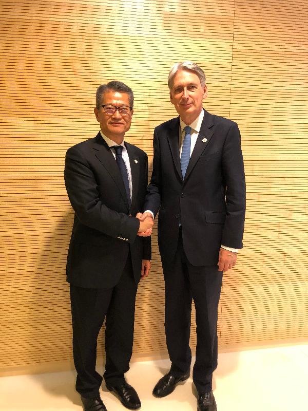 財政司司長陳茂波昨日(盧森堡時間七月十二日)在盧森堡與英國財政大臣夏文達會面。圖示陳茂波(左)與夏文達握手。