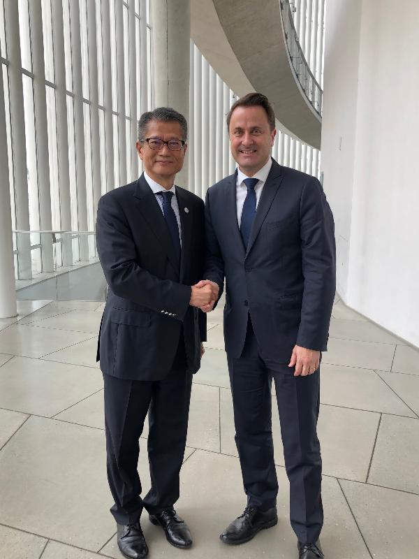 財政司司長陳茂波昨日(盧森堡時間七月十二日)在盧森堡與盧森堡首相貝特爾會面。圖示陳茂波(左)在會面後與貝特爾握手。