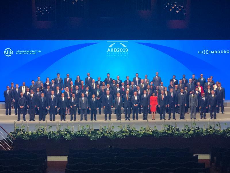 財政司司長陳茂波昨日(盧森堡時間七月十二日)在盧森堡出席亞洲基礎設施投資銀行(亞投行)理事會年會開幕儀式。圖示陳茂波(第二排左六)與亞投行理事和高層人員合照。