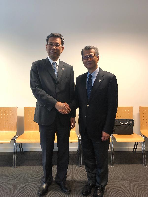 財政司司長陳茂波(右)昨日(盧森堡時間七月十三日)在盧森堡與國家財政部部長劉昆會面。