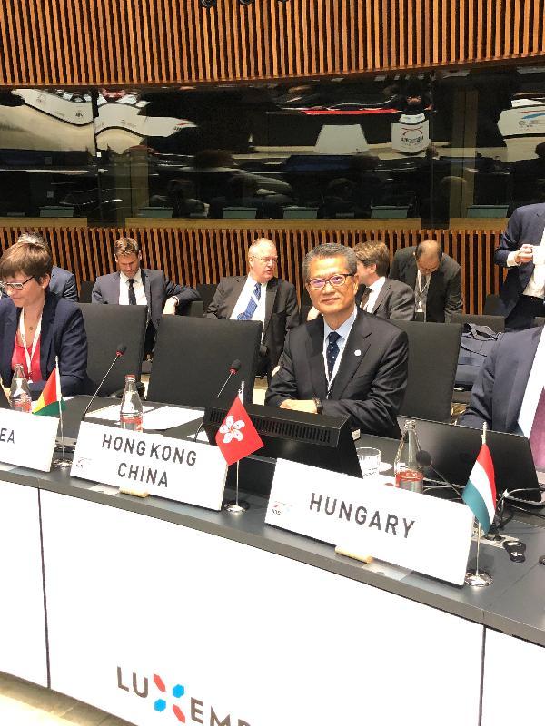 財政司司長陳茂波(前排左二)昨日(盧森堡時間七月十三日)在盧森堡出席亞洲基礎設施投資銀行理事會年會。