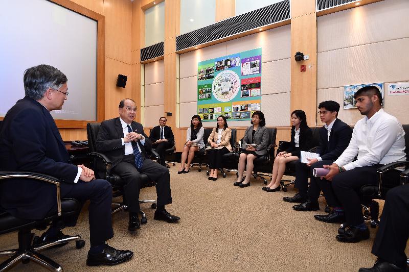政務司司長張建宗今日(七月十五日)到訪香港天文台,隨行亦包括四名「與香港同行」計劃的參加者。圖示張建宗(左二)與天文台台長岑智明(左一)與計劃參加者交流。