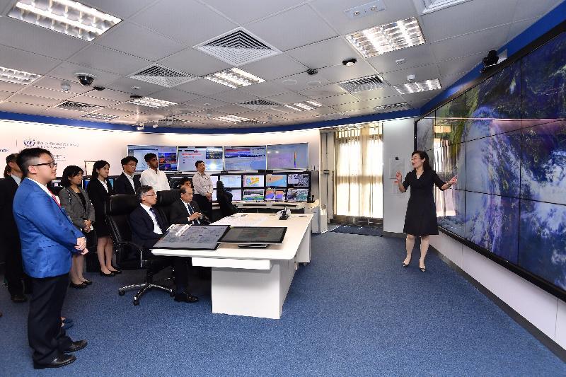 政務司司長張建宗今日(七月十五日)到訪香港天文台。圖示張建宗(前排右)在天文台台長岑智明(前排左)陪同下到訪天氣預測總部,了解天文台提供的氣象服務。