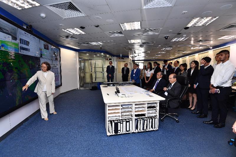 政務司司長張建宗今日(七月十五日)到訪香港天文台。圖示張建宗(前排右)在天文台台長岑智明(前排左)陪同下,聽取天文台助理台長(航空氣象服務科)劉心怡(左一)介紹天文台向航空界別提供的二十四小時氣象服務。