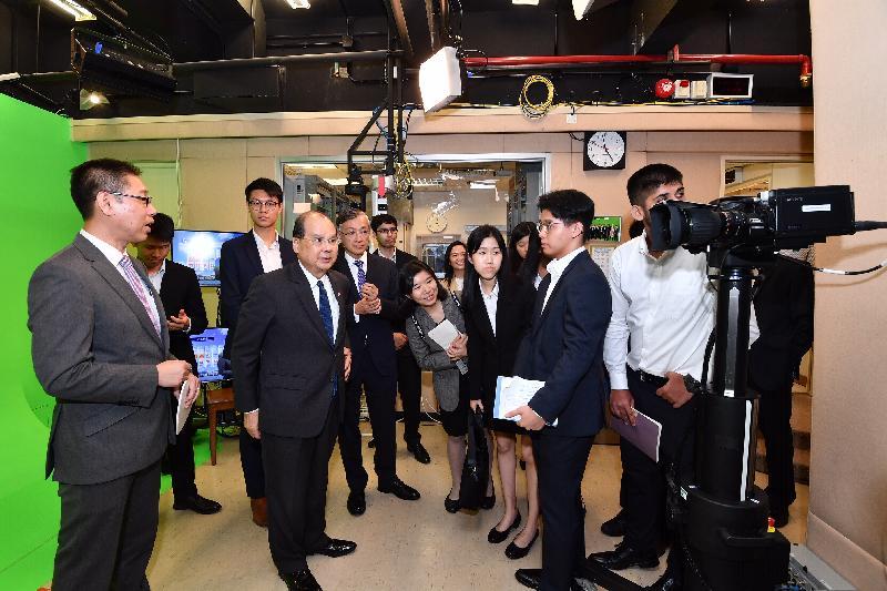 政務司司長張建宗今日(七月十五日)到訪香港天文台。圖示張建宗(前排左二)在天文台台長岑智明(後排左三)陪同下參觀天文台錄影室。