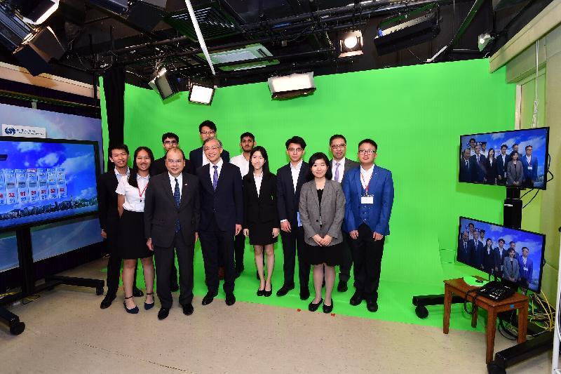 政務司司長張建宗今日(七月十五日)到訪香港天文台。圖示張建宗(前排左三)及天文台台長岑智明(前排左四)在天文台錄影室和「與香港同行」計劃的參加者合照。