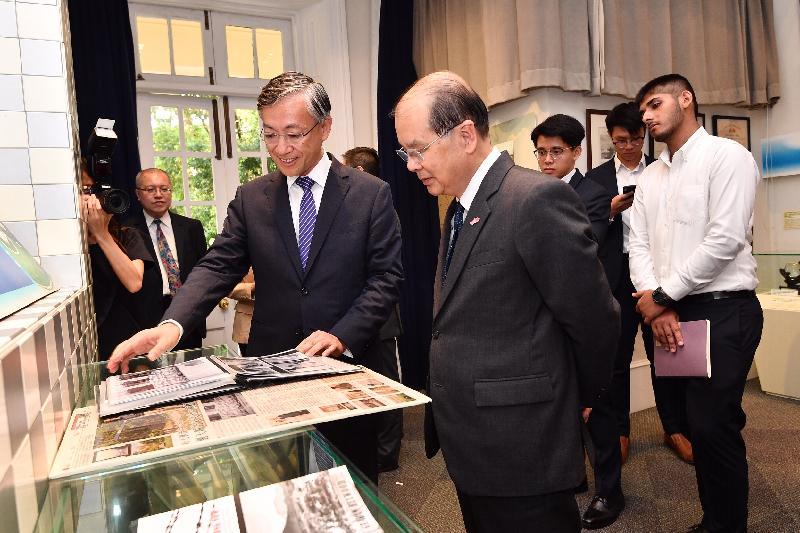 政務司司長張建宗今日(七月十五日)到訪香港天文台。圖示張建宗(前排右)在天文台台長岑智明(前排左)陪同下參觀天文台歷史室。