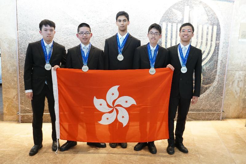 五名學生代表香港參加於以色列特拉維夫舉行的「第五十屆國際物理奧林匹克」,表現理想。他們是(左起)鄒駿宏、劉思進、Gaurav Arya、李達生和關亮節。