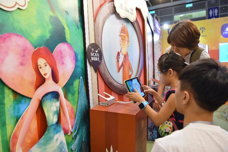 香港公共圖書館今日(七月十七日)至七月二十三日於香港書展設置攤位,向市民介紹圖書館豐富的電子資源館藏。市民可參與擴增實境(AR)遊戲,走進自選的故事書中進行簡單任務或與角色拍攝互動短片,認識圖書館的電子書及電子資料庫。
