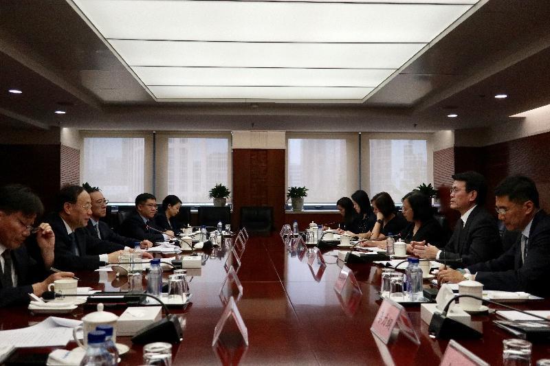 商務及經濟發展局局長邱騰華(右二)今日(七月十八日)在北京與國家商務部副部長王炳南(左二)會面,就兩地貿易議題交流意見。「一帶一路」專員葉成輝(右一)亦出席了會議。