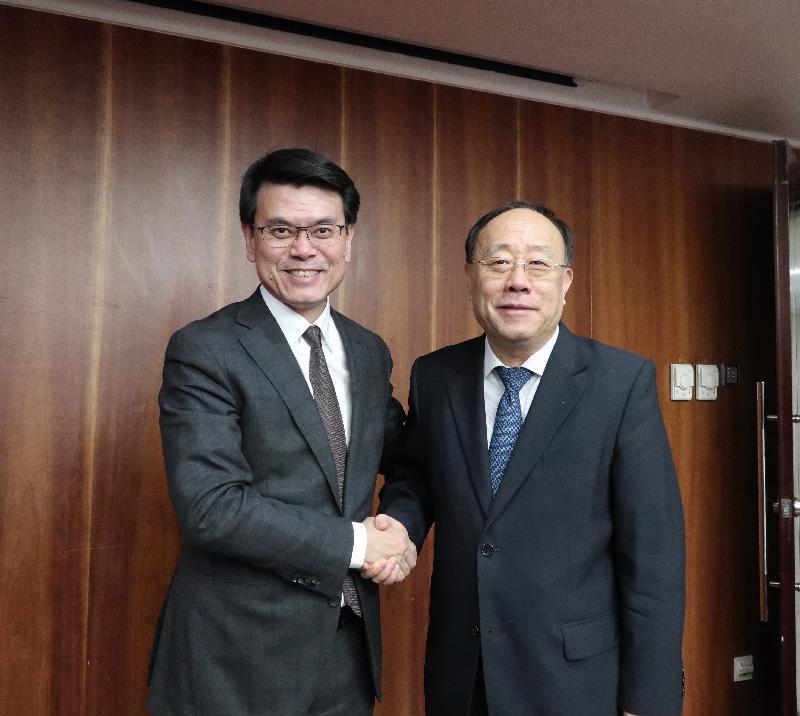商務及經濟發展局局長邱騰華(左)今日(七月十八日)在北京與國家商務部副部長王炳南(右)會面,就兩地貿易議題交流意見。