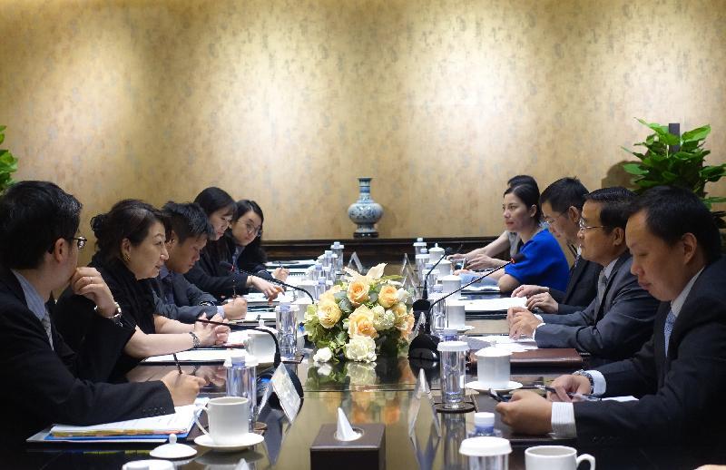 律政司司長鄭若驊資深大律師(左二)今日(七月十八日)在北京與外交部條約法律司司長賈桂德(右二)會面。