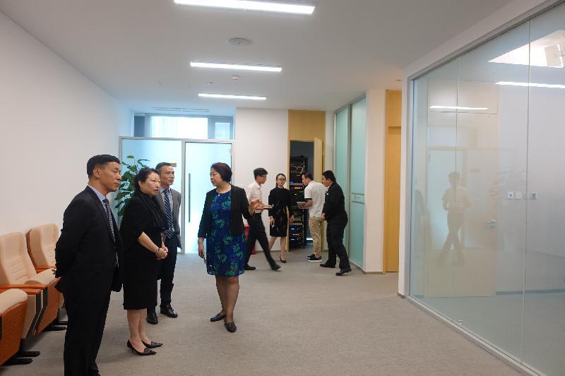 律政司司長鄭若驊資深大律師(左二)今日(七月十八日)在北京參觀北京互聯網法院。