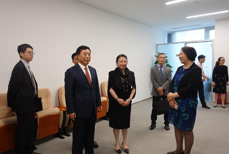 律政司司長鄭若驊資深大律師(左三)今日(七月十八日)在最高人民法院副院長楊萬明(左二)陪同下參觀北京互聯網法院。