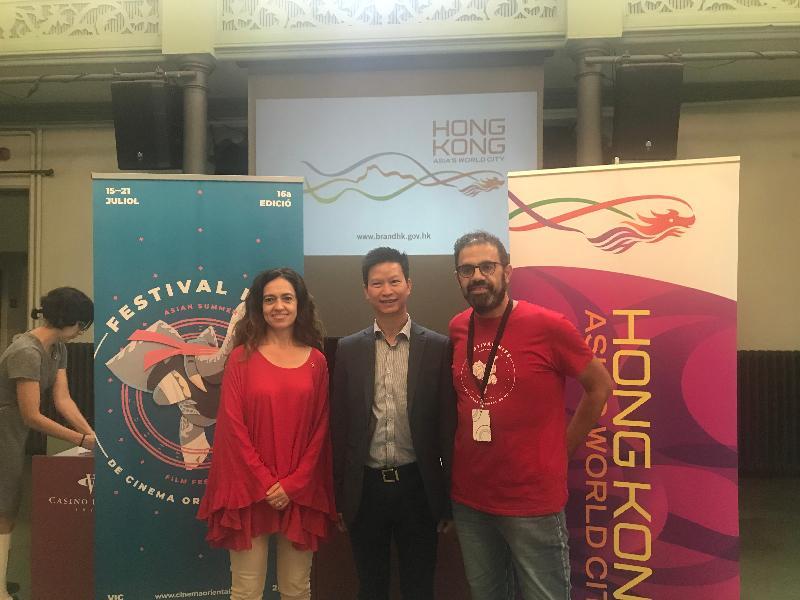 香港駐布魯塞爾經濟貿易辦事處支持在維克舉行的亞洲仲夏電影節。(左起)維克副市長暨文化參贊Susagna Roura 、香港駐布魯塞爾經濟貿易辦事處副代表許澤森、亞洲仲夏電影節總監Quim Crusellas 七月十七日(維克時間)在西班牙維克舉行的香港電影之夜合照。
