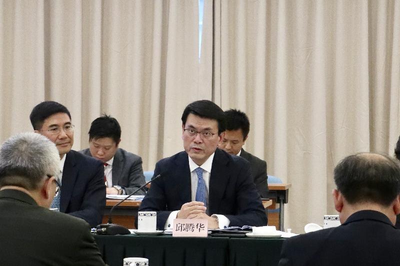香港特區政府與國家發展和改革委員會、國務院港澳事務辦公室及其他相關部委今日(七月十九日)在北京舉行支持香港全面參與和助力「一帶一路」建設聯席會議第二次會議。圖示聯席會議港方召集人商務及經濟發展局局長邱騰華(右)在會議上發言。旁為「一帶一路」專員葉成輝(左)。