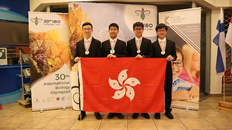 四名學生代表香港參加七月十四至二十日在匈牙利塞格德舉行的「第三十國際生物奧林匹克」,表現令人鼓舞。他們是(左起)黃摯毅、李鎔智、覃業晉和周景毅。