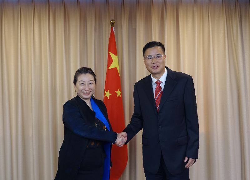 律政司司長鄭若驊資深大律師(左)今日(七月二十五日)在廣州與廣東省司法廳廳長曾祥陸(右)會面。