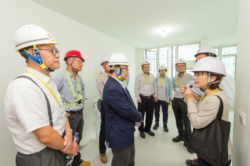 香港房屋委員會轄下建築小組委員會多名委員今日(七月二十五日)參觀沙田旭禾苑的工地。圖示小組委員聆聽房屋署副署長(發展及建築)楊光艷(右一)講解屋苑設計。