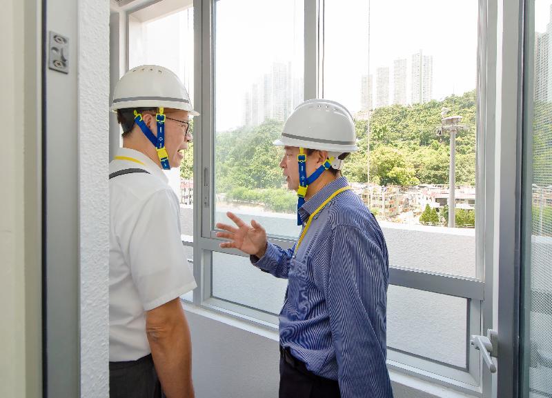 香港房屋委員會轄下建築小組委員會多名委員今日(七月二十五日)參觀沙田旭禾苑的工地。圖示小組委員視察隔音露台。