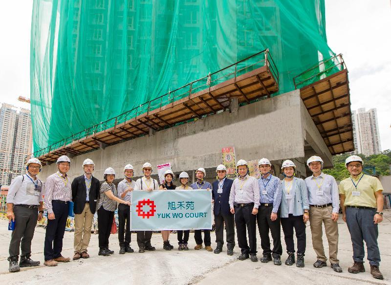 香港房屋委員會轄下建築小組委員會多名委員今日(七月二十五日)參觀沙田旭禾苑的工地。圖示小組委員和房屋署副署長(發展及建築)楊光艷(中)在地盤合照。
