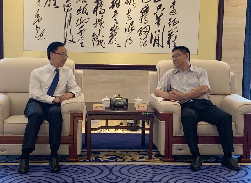 政制及內地事務局局長聶德權(左)今日(七月二十五日)到訪廣西,與廣西壯族自治區人民政府副主席楊晉柏會面,就桂港合作事宜交流意見。
