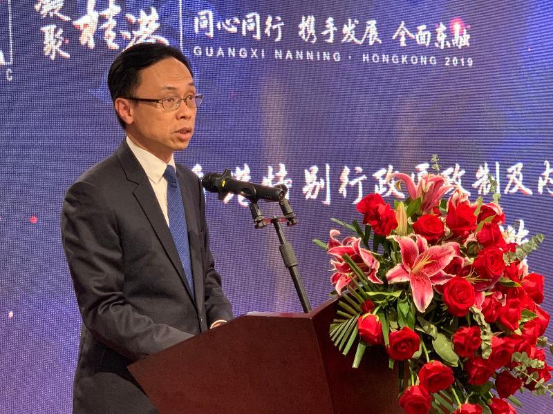 政制及內地事務局局長聶德權今日(七月二十五日)到訪廣西,為「中國香港(地區)商會——廣西南寧分會成立儀式」主禮並致辭。